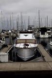 Barco a motor na doca com lotes de outros barcos imagem de stock