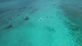 Barco a motor no mar vídeos de arquivo