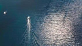 Barco a motor no mar filme