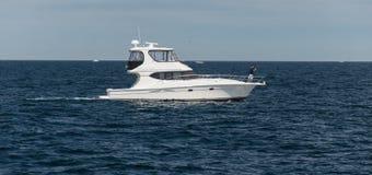 Barco a motor no oceano imagem de stock royalty free