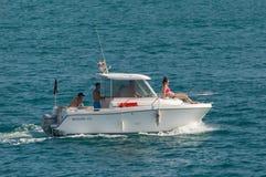 Barco a motor no oceano fotografia de stock royalty free