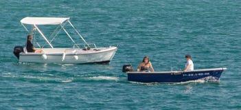 Barco a motor no oceano foto de stock royalty free
