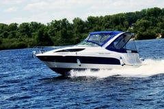 Barco a motor no rio Fotografia de Stock Royalty Free