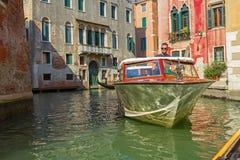 Barco a motor venetian típico imagens de stock royalty free
