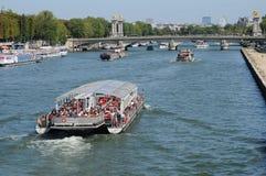 Barco Mouche en el río Sena en París Fotografía de archivo libre de regalías