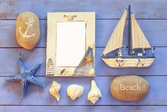Barco náutico de madera del marco y de navegación en la tabla de madera concepto náutico de la forma de vida la plantilla, alista Foto de archivo libre de regalías