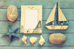 Barco náutico de madera del marco y de navegación en la tabla de madera concepto náutico de la forma de vida Vintage filtrado mod Imágenes de archivo libres de regalías