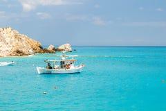 Barco na água azul clara na ilha de Lefkada, Grécia -3 Imagem de Stock