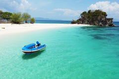 Barco na água clara do aqua Fotos de Stock