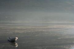 Barco na água imóvel Imagem de Stock