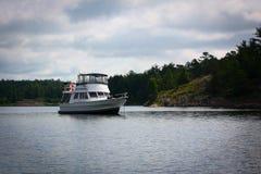 Barco na âncora em uma baía isolado Fotografia de Stock Royalty Free