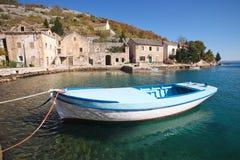 Barco na aldeia piscatória foto de stock royalty free