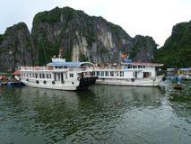 Barco na baía longa do Ha foto de stock royalty free