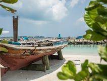 Barco na costa da cidade do homem maldives férias Areia branca Fotografia de Stock Royalty Free