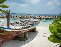Barco na costa da cidade do homem maldives férias Areia branca Imagem de Stock Royalty Free