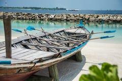 Barco na costa da cidade do homem maldives férias Areia branca Fotos de Stock
