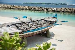 Barco na costa da cidade do homem maldives férias Areia branca Imagens de Stock Royalty Free