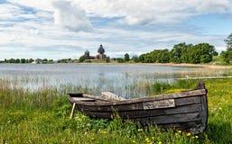 Barco na costa da reserva Kizhi do museu do lago fotos de stock