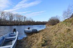 Barco na costa de um rio da montanha Fotos de Stock Royalty Free