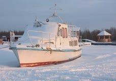 Barco na costa, inverno Fotos de Stock