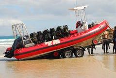 Barco na engrenagem do reboque e de mergulhador Fotos de Stock Royalty Free
