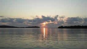 Barco na frente de Na Thian e Ko Mat Lang Islands de Ko durante o nascer do sol em Koh Samui Island, Tailândia Fotos de Stock