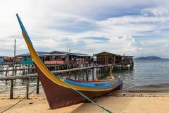 Barco na ilha de Mabul da praia, Malásia Foto de Stock