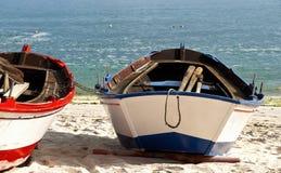 Barco na praia Imagens de Stock