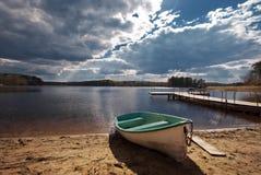 Barco na praia Fotos de Stock