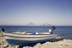 Barco na praia bonita Fotos de Stock