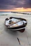 Barco na praia bonita no nascer do sol foto de stock royalty free