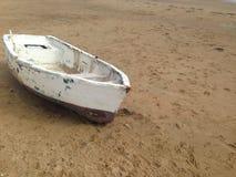 Barco na praia da areia amarela fotos de stock royalty free