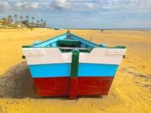 Barco na praia da areia amarela fotografia de stock