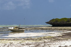 barco na praia de Zanzibar Foto de Stock