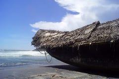 Barco na praia do kovalam fotografia de stock