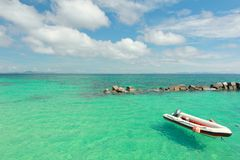 Barco na praia do paraíso na ilha do maiton do Koh, phuket, Tailândia Fotos de Stock Royalty Free