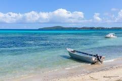 Barco na praia na ilha de Nacula em Fiji Fotografia de Stock Royalty Free