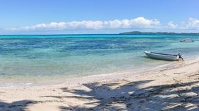 Barco na praia na ilha de Nacula em Fiji Fotografia de Stock