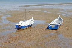 Barco na praia na maré baixa. Fotos de Stock Royalty Free