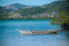 Barco na praia tropical Fotografia de Stock Royalty Free