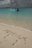 Barco na praia tropical azul do oceano Imagens de Stock Royalty Free