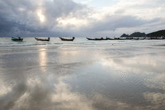 Barco na reflexão da praia na água Imagens de Stock Royalty Free