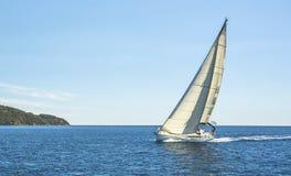Barco na regata da navigação no Mar Egeu nave fotos de stock royalty free
