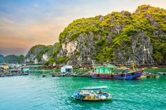 Barco na vila de flutuação dos fishers e dos fazendeiros dos peixes ou da ostra na baía de Halong, Vietname imagem de stock royalty free