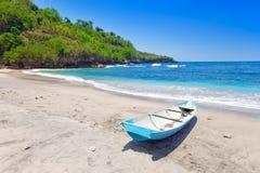 Barco nacional de Indonesia.Traditional en costa del océano Foto de archivo