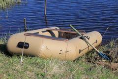 Barco no banco de rio imagem de stock royalty free