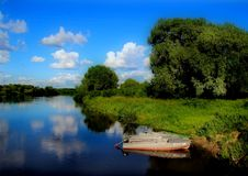 Barco no banco pitoresco do rio Klyazma imagens de stock royalty free