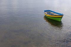 Barco no barco do lago amarrado Fotografia de Stock