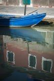 Barco no canal, Burano, Italia Imagens de Stock Royalty Free