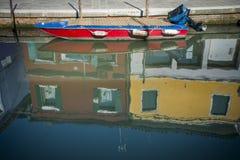 Barco no canal, Burano, Italia imagens de stock